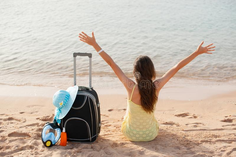 ?chouez le femme de vacances appr?ciant le soleil d'?t? se reposant en sable regardant heureux l'espace de copie Beau jeune mod?l photographie stock