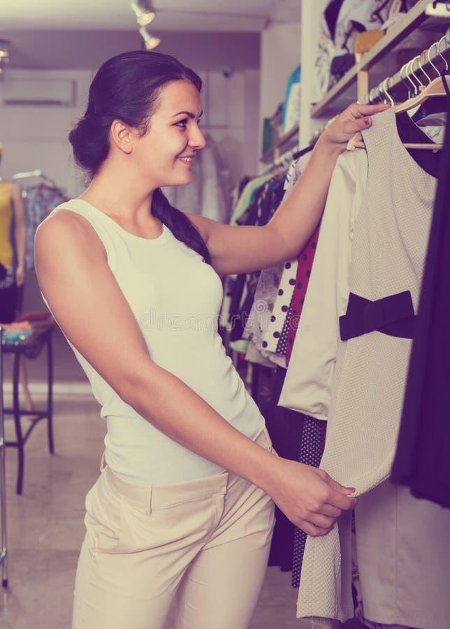 Chousing Kleid des Mädchens lizenzfreie stockfotos