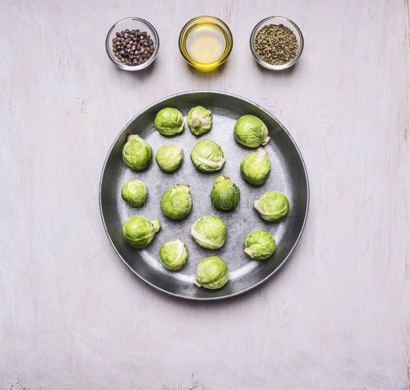 Choux de bruxelles dans une casserole avec les nourritures saines de beurre et d'assaisonnements, la cuisson et le dessus rustiqu images stock