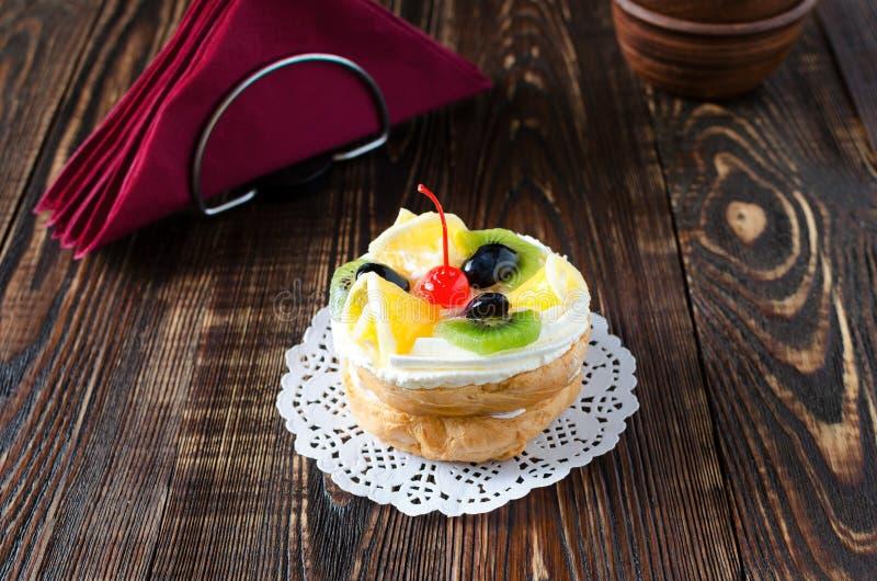 Chouxgebäck mit frischer Frucht auf einer weißen Serviette lizenzfreie stockfotos