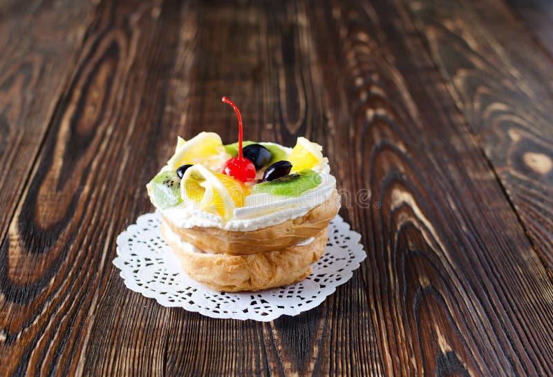 Chouxgebakje met fruit op een houten achtergrond royalty-vrije stock foto