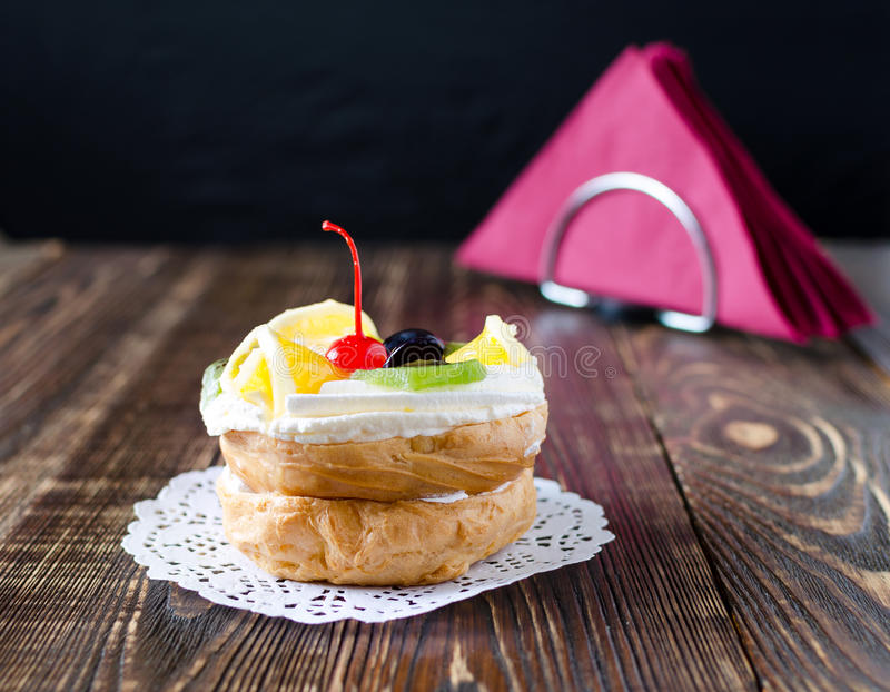 Chouxgebakje met fruit op een houten achtergrond royalty-vrije stock foto's
