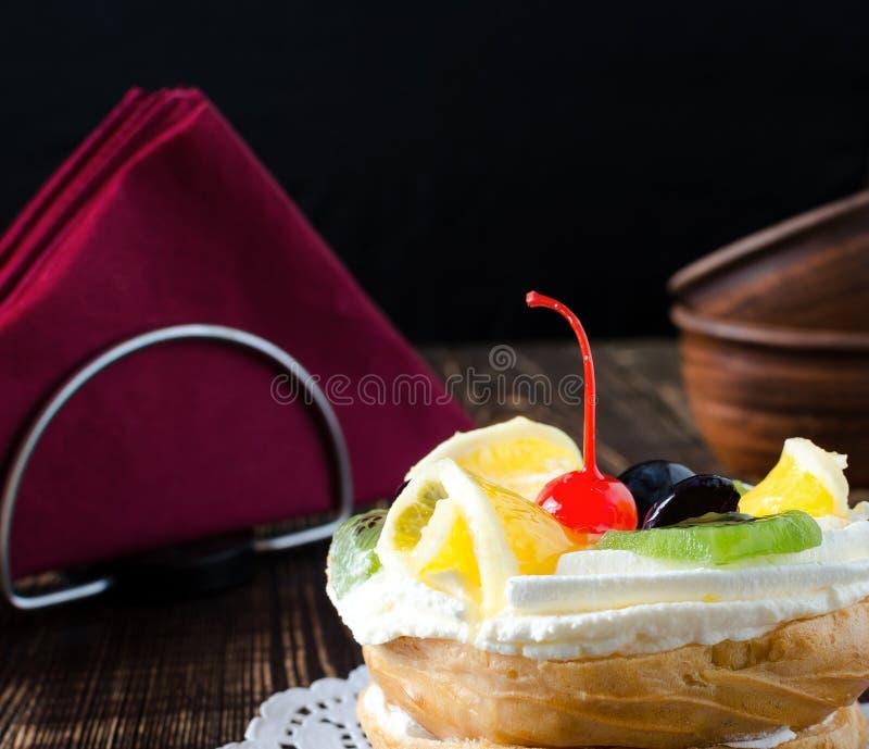 Chouxgebakje met vers fruit op een wit servet royalty-vrije stock foto