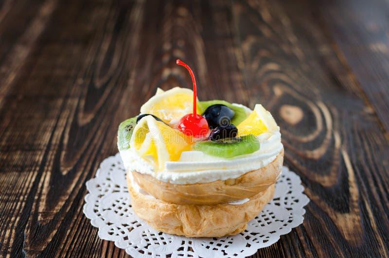 Chouxgebakje met vers fruit op een wit servet royalty-vrije stock afbeeldingen