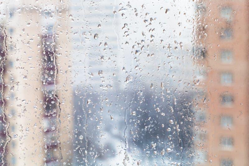 Chova gotas no vidro de janela home no inverno fotografia de stock royalty free