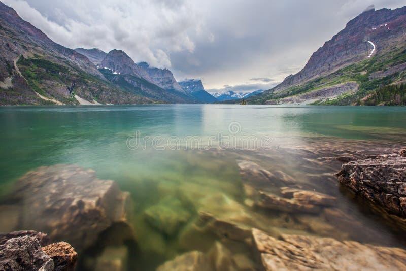 Chova a tempestade sobre o lago st. Mary, parque nacional de geleira imagens de stock
