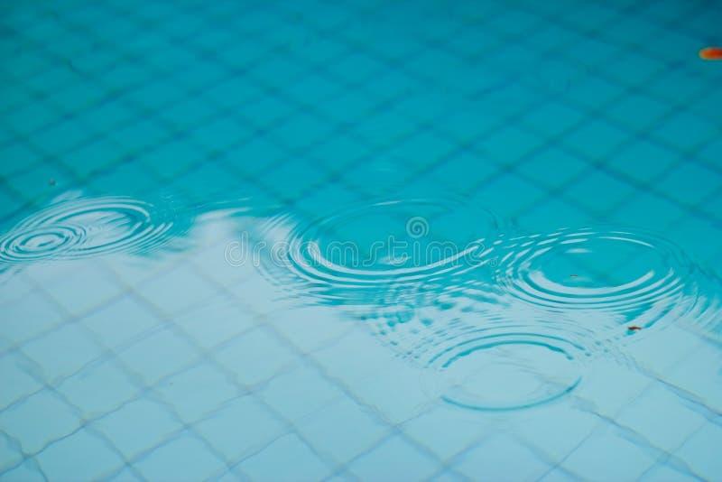 Chover na piscina fotos de stock