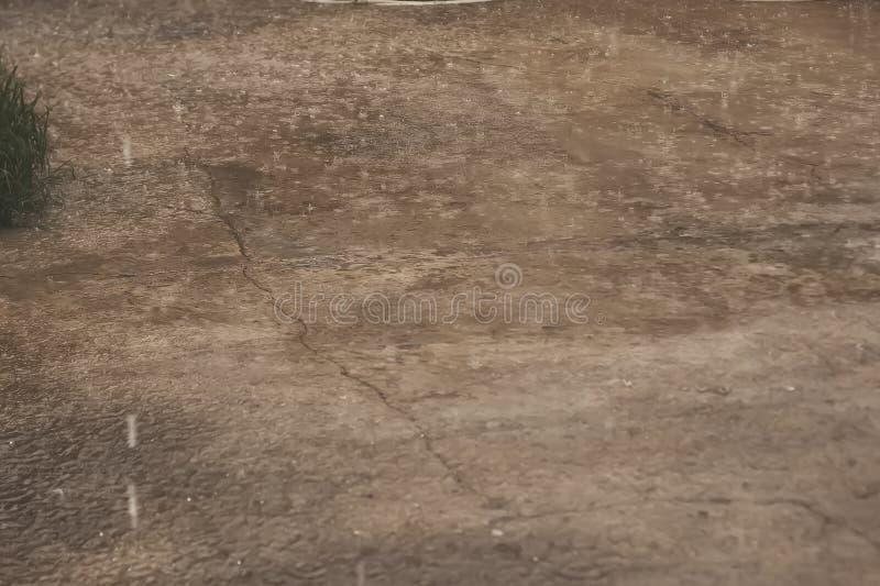 Chover pesado Pingos de chuva no ar livre Chuva de mola ilustração do vetor