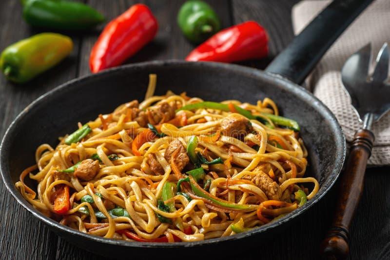 Chow mein με το κοτόπουλο, κινεζικό πιάτο στοκ φωτογραφία