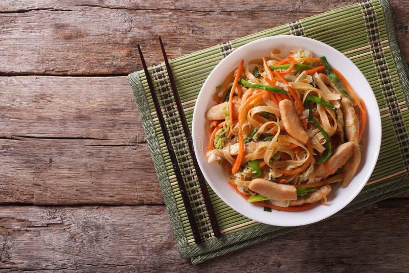 Chow Mein: зажаренные лапши с цыпленком, горизонтальным взгляд сверху стоковые изображения rf