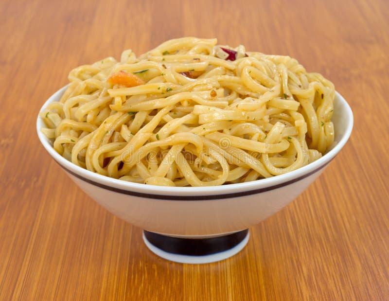Chow Mein con gamberetto in ciotola sul ripiano del tavolo di legno immagine stock libera da diritti