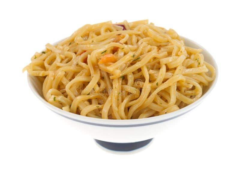 Chow Mein con gamberetto in una piccola ciotola immagini stock libere da diritti