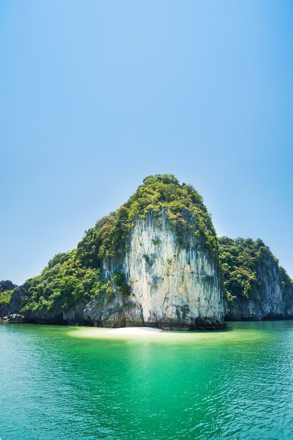 Chowana tropikalna plaża w Halong zatoce, Wietnam fotografia royalty free