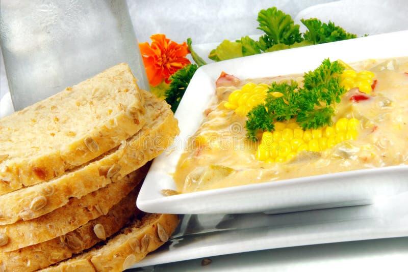 Chowder de maíz con pan fotografía de archivo