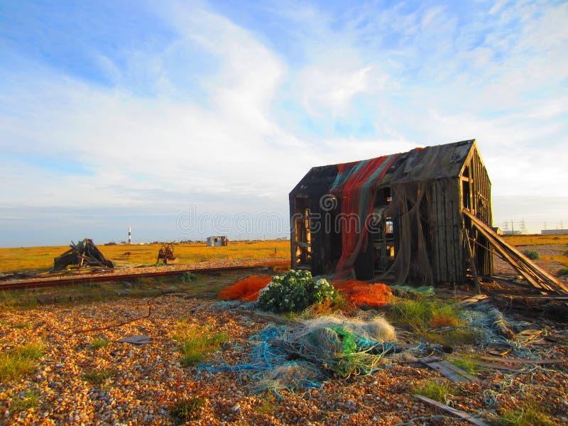 Choza abandonada de Fishermans cubierta en viejas redes fotografía de archivo