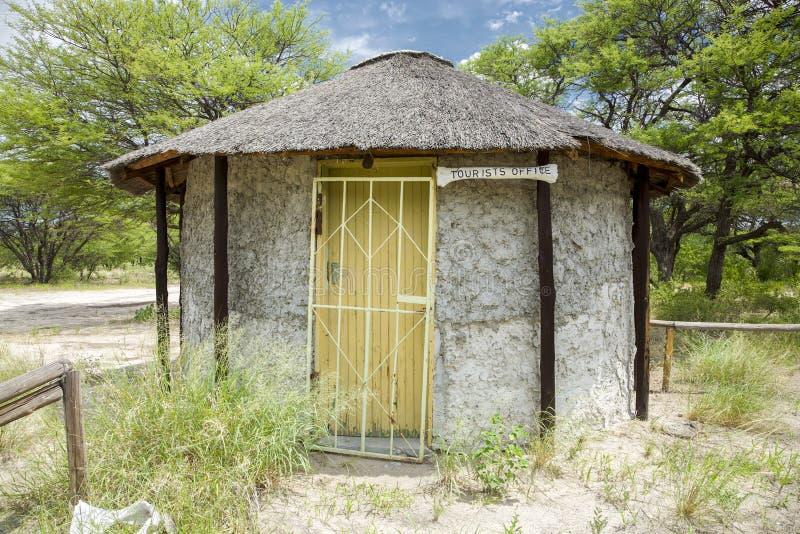 Choza africana con la pequeña oficina de turismo en Kalahari central B fotos de archivo