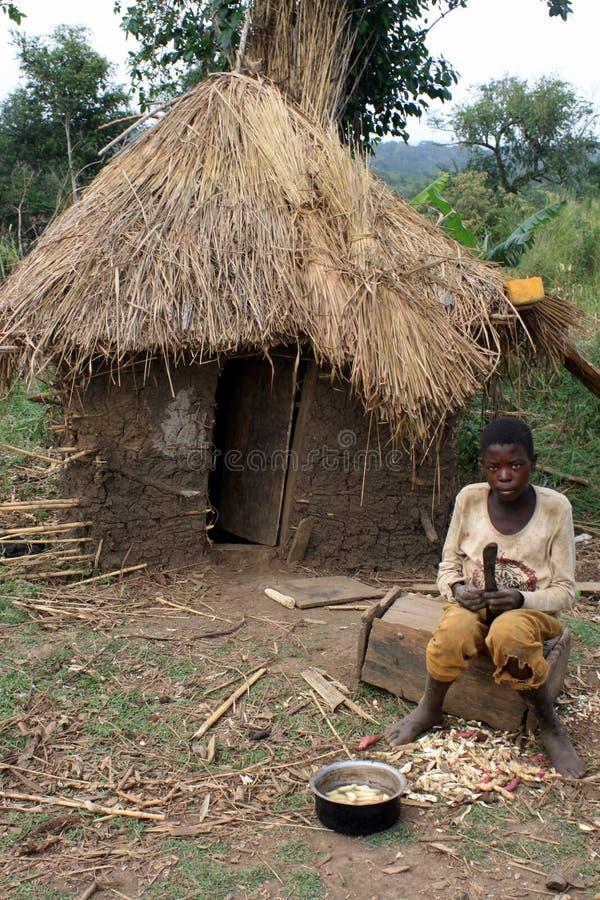 Choza africana del muchacho y del fango imágenes de archivo libres de regalías