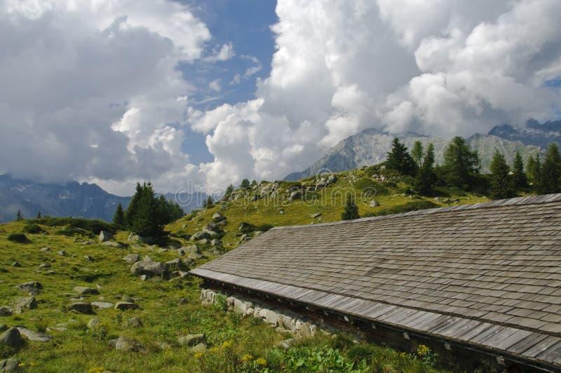 Choza alpestre en las dolomías italianas imagen de archivo