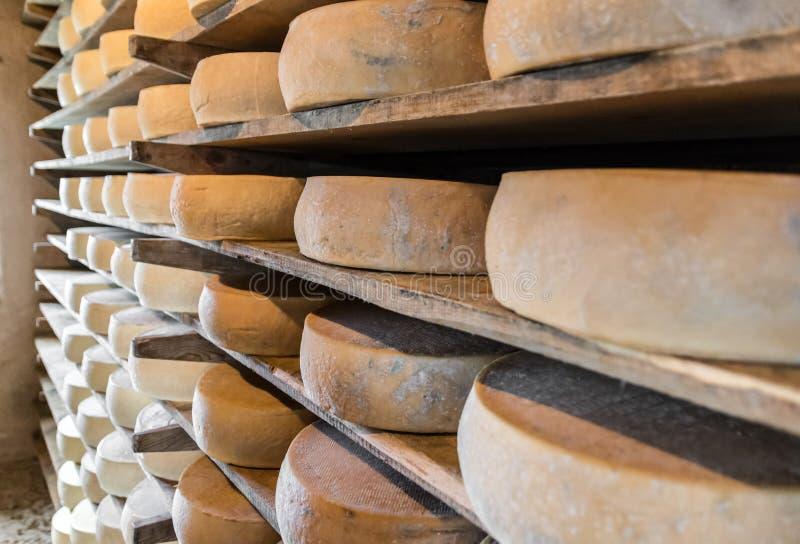 Choza alpina que produce los quesos hechos en casa foto de archivo