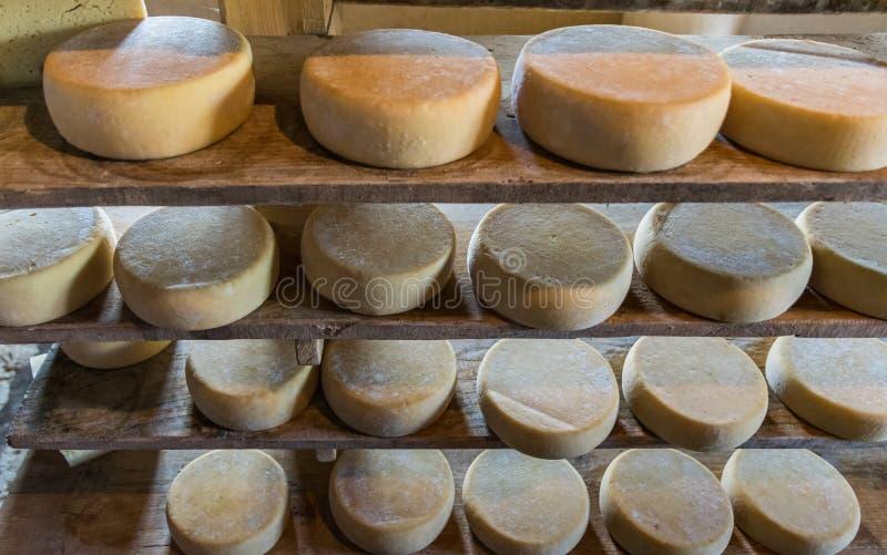 Choza alpina que produce los quesos hechos en casa fotos de archivo libres de regalías