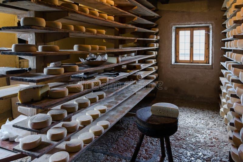 Choza alpina que produce los quesos hechos en casa imagenes de archivo