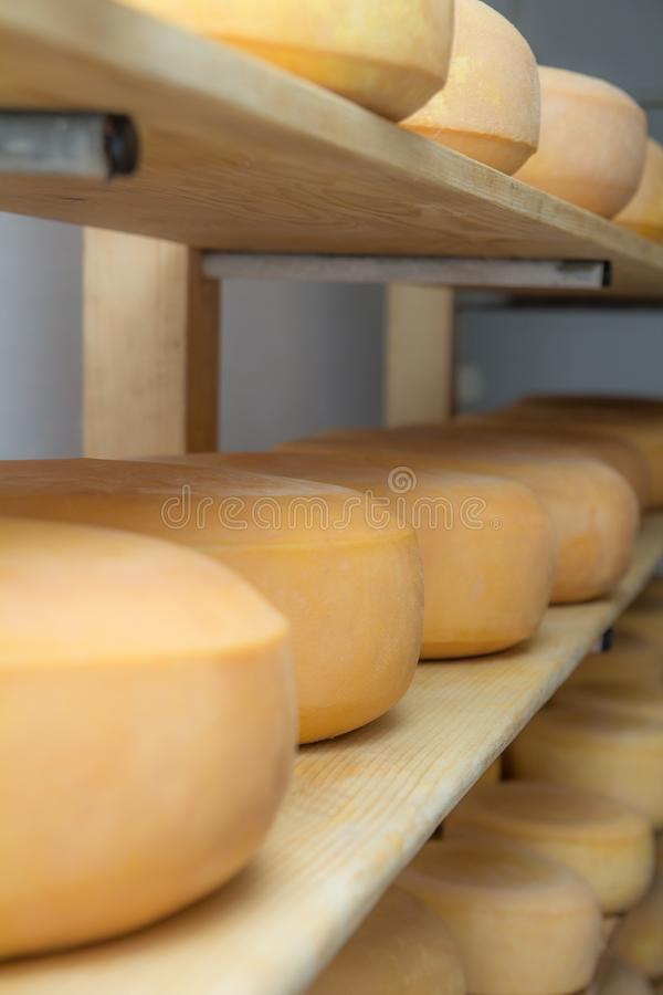 Choza alpina que produce los quesos hechos en casa fotos de archivo