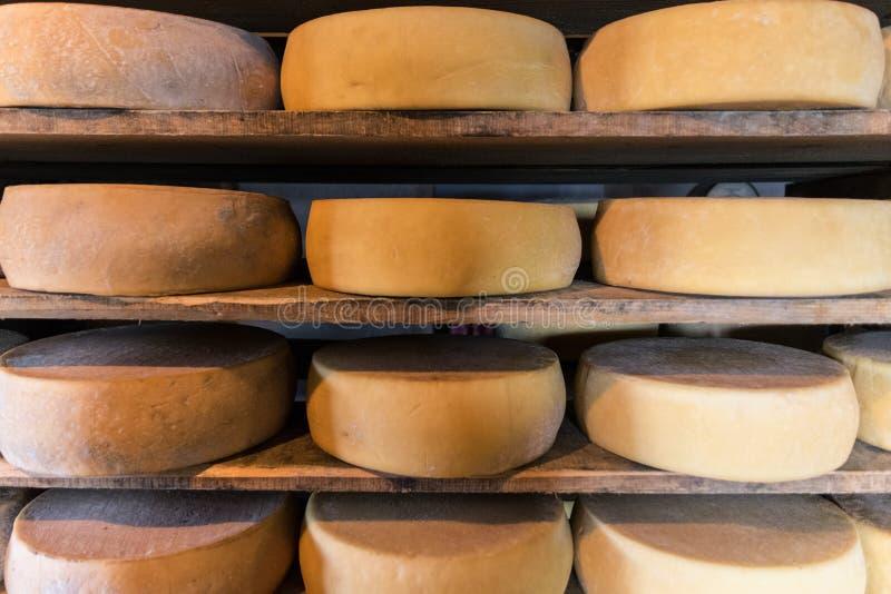 Choza alpina que produce los quesos hechos en casa imagen de archivo