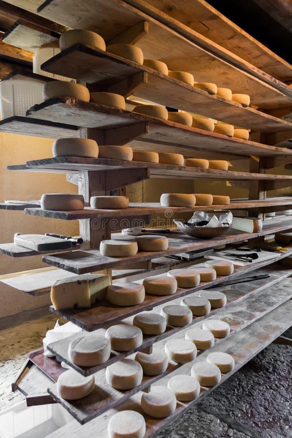 Choza alpina que produce los quesos hechos en casa fotografía de archivo