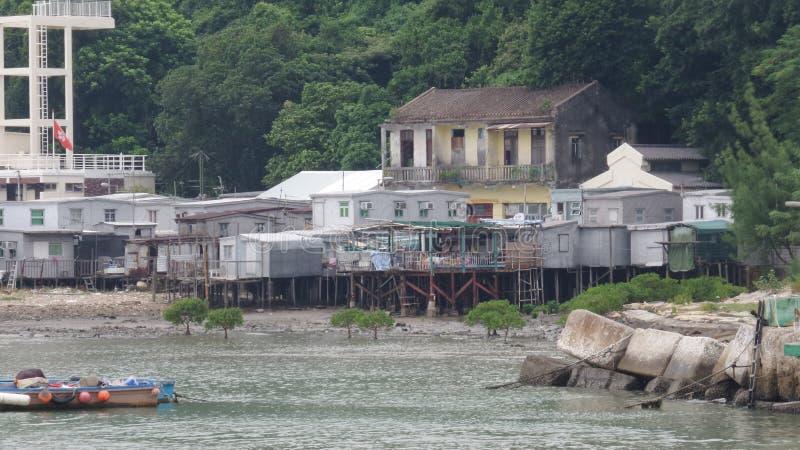 Choza construida sobre el agua en la playa del pueblo foto de archivo