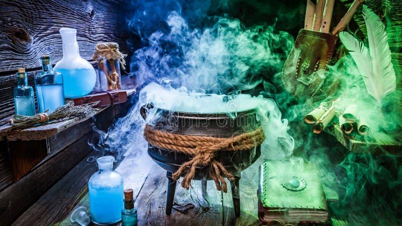 Choza de la bruja con las volutas, los libros y las pociones azules para Halloween imagen de archivo libre de regalías