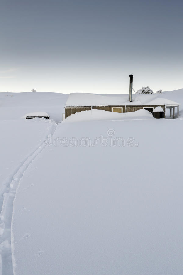 Choza de la montaña en la nieve foto de archivo