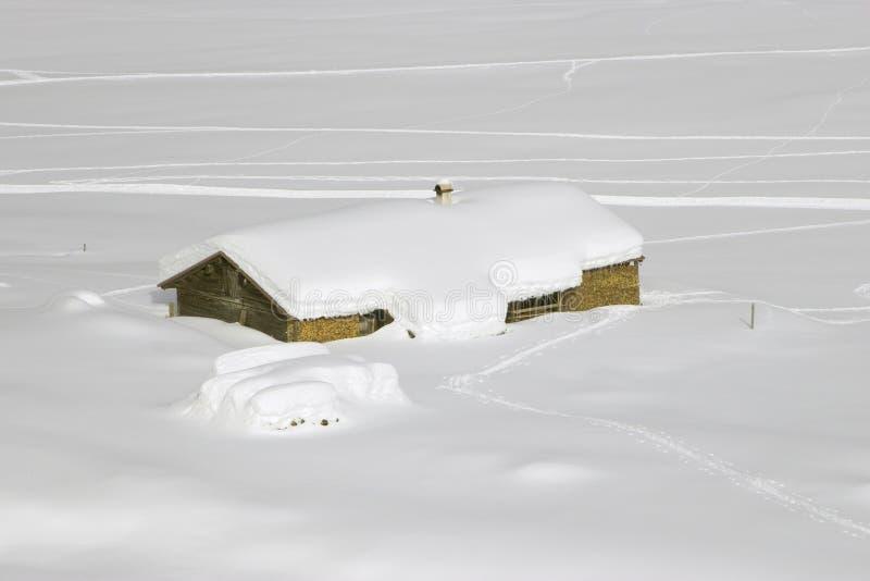 Choza de la montaña en nieve fotos de archivo