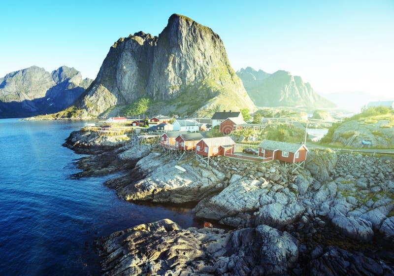 Choza de la pesca en el tiempo de verano - Reine, Lofoten imagenes de archivo