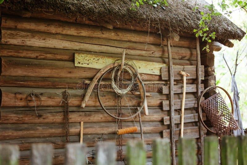 Choza de madera bielorrusa auténtica antigua, detalle de la pared con el hogar hecho a sí mismo retro imagenes de archivo