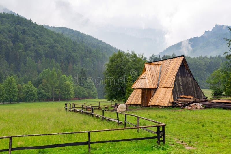 Choza de madera debajo de las montañas de Tatra en Zakopane foto de archivo