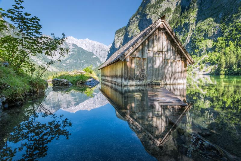 Choza de madera en el Obersee, Koenigssee, Baviera, Alemania del barco foto de archivo libre de regalías