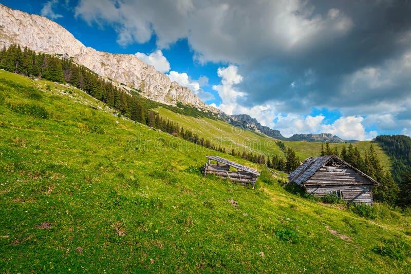Choza de madera en la colina, Cárpatos, Transilvania, Rumania, Europa foto de archivo libre de regalías