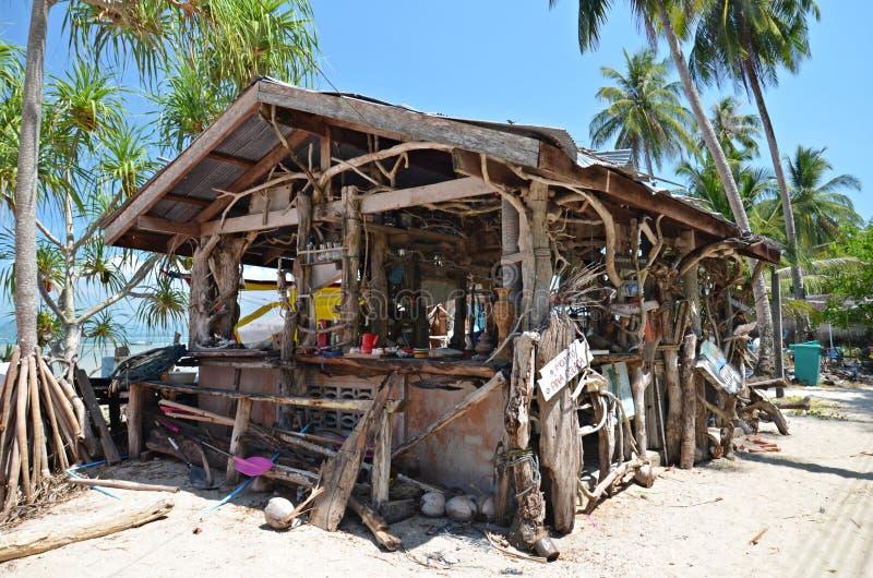 Choza de madera en la playa imagen de archivo libre de regalías