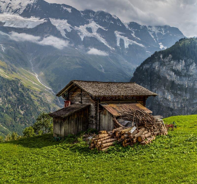 Choza de madera en las montan@as de Bernese imagen de archivo