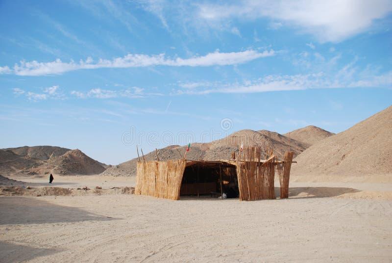Choza de un beduino en desierto imagenes de archivo