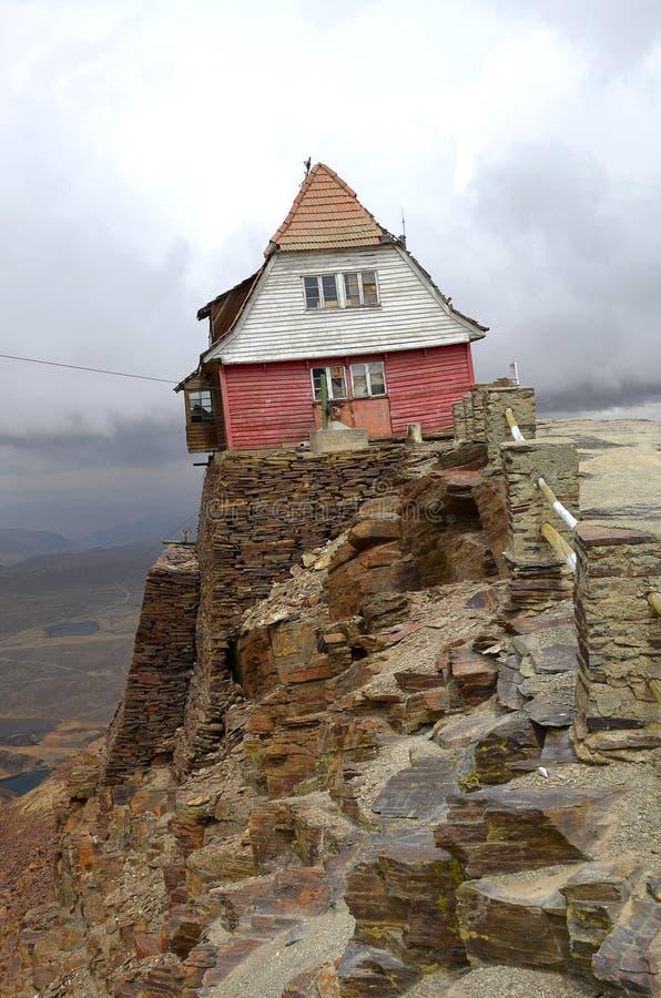 Choza del esquí en la montaña de Chacaltaya imagenes de archivo