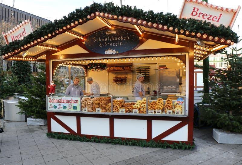 Choza del pretzel en el mercado de la Navidad imágenes de archivo libres de regalías