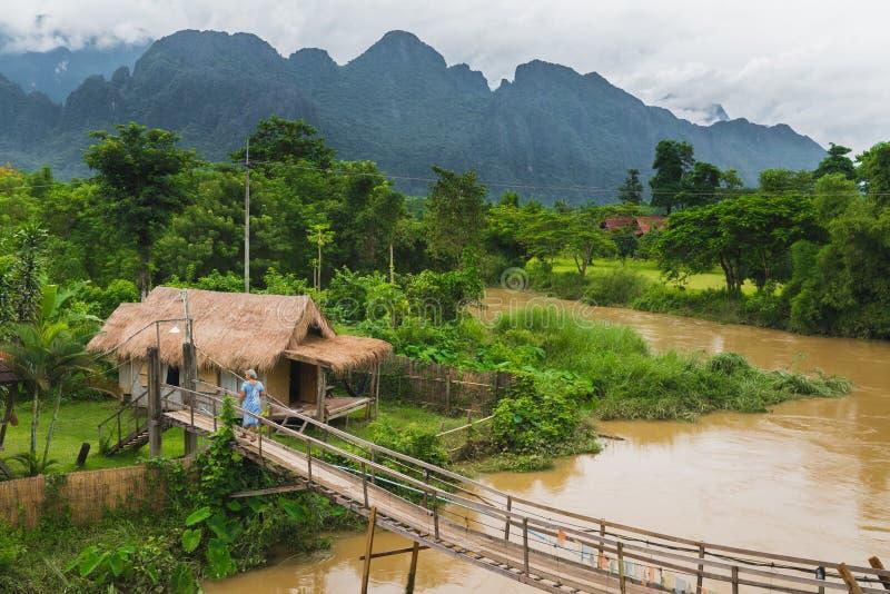 Choza del pueblo cerca del río en el vangvieng Laos imagen de archivo