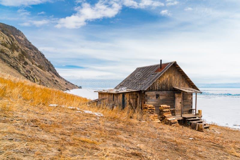Choza del registro en la orilla del lago Baikal fotografía de archivo libre de regalías