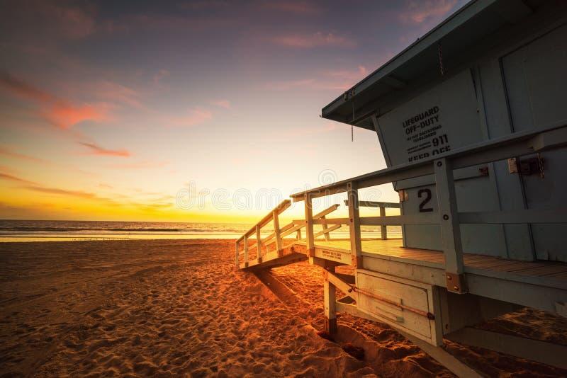 Choza del salvavidas en la playa famosa de Santa Monica en la puesta del sol imagen de archivo libre de regalías