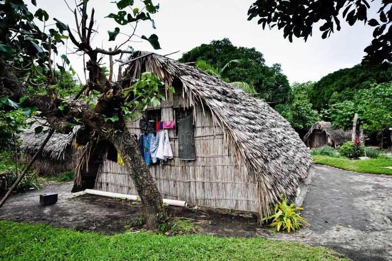 Choza en la aldea de Ireupuow fotos de archivo