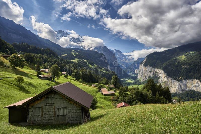 Choza en las montañas, Lauterbrunnen Suiza fotos de archivo