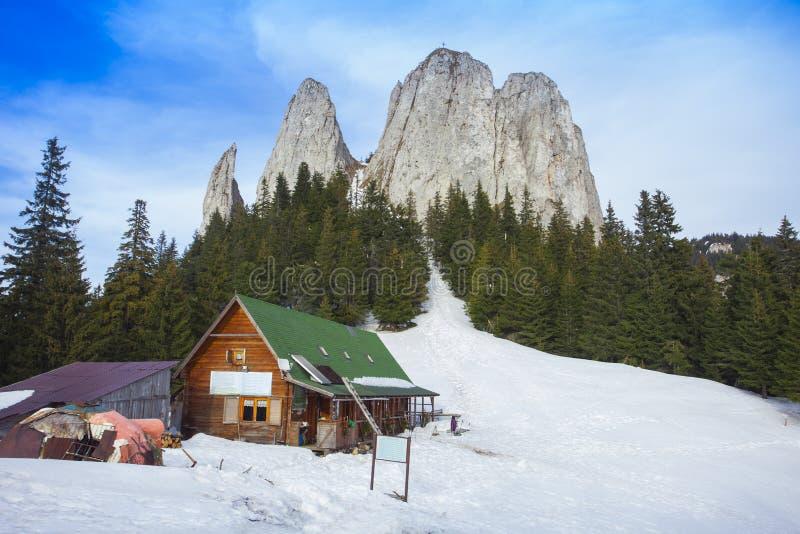 Choza en montañas rocosas, la roca sola fotos de archivo libres de regalías