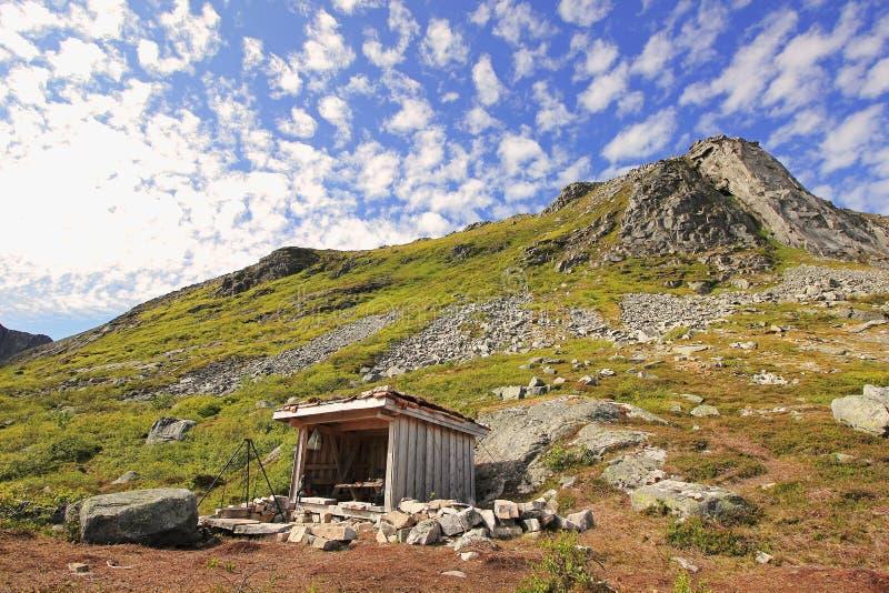 Choza idílica de la montaña fotografía de archivo