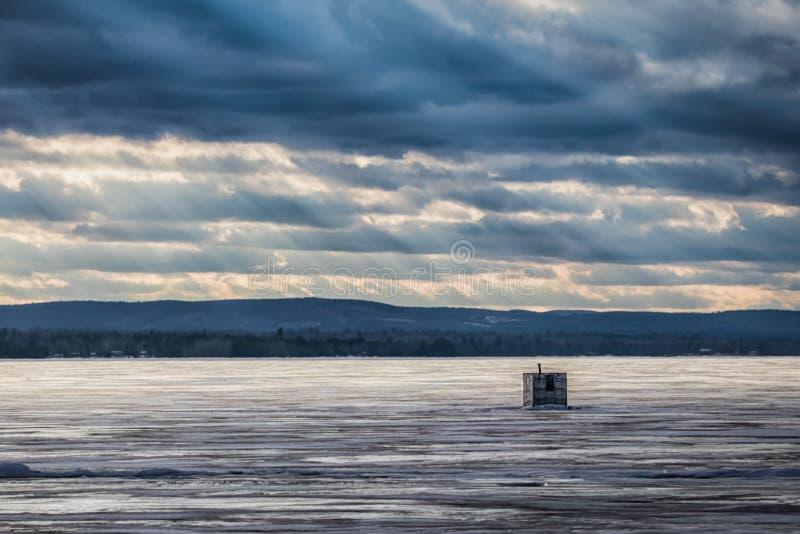 Choza solitaria de la pesca del hielo en el lago Ontario de oro imagen de archivo